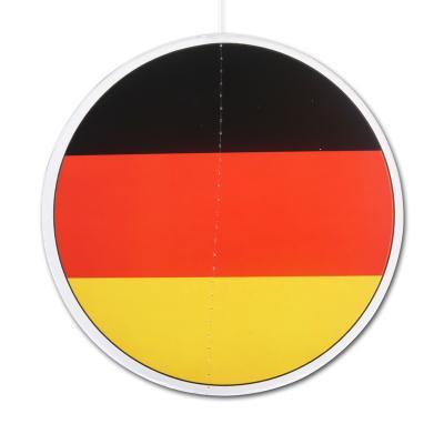 1 kleiner, runder Dekohänger mit 13,5 cm Durchmesser, im Design der schwarz-rot-gelben Deutschland Flagge.
