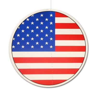 Runder Dekohänger aus Karton mit USA Flaggen Motiv auf beiden Seiten.