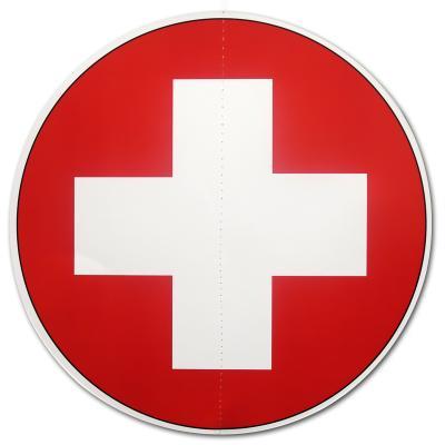 Runder Dekohänger mit Schweiz Flaggen Muster. Beidseitig bedruckter Karton mit weißem Kreuz auf rotem Hintergrund, ca. 28 cm Durchmesser.