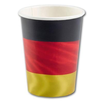 Pappbecher mit Aufdruck der Deutschland Flagge.
