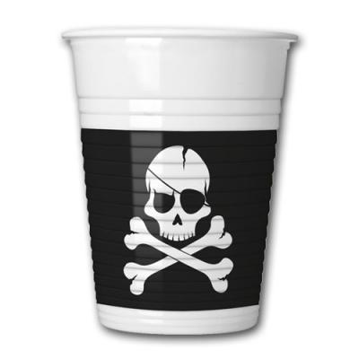 Plastikbecher mit Piraten Flagge Motiv Jolly Roger in schwarz-weiß.