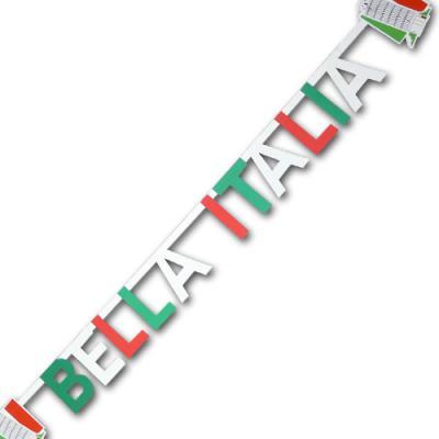 Buchstabenkette aus Kartonpapier mit BELLA ITALIA Schriftzug und italienischen Motiven in den Farben der Italien Flagge grün-weiß-rot.
