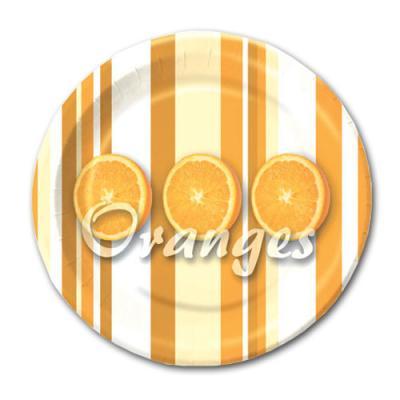 Orange-weiße Pappteller mit Orangen Motiven und Oranges Schriftzug.