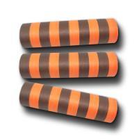 Schwarz und orange gestreifte Luftschlangen aus Papier.