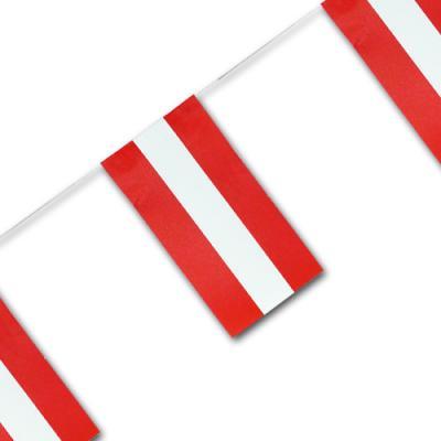 Fahnenkette (Flaggengirlande) mit rot-weiß-roten Österreich Fähnchen.