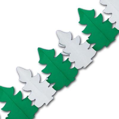 Papiergirlande mit grünen und weißen Tannenbaum Motiven für eine winterliche Partydekoration.