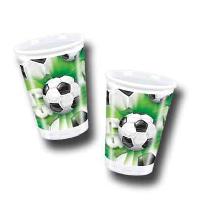 10 grüne Plastikbecher mit Fußball Motiven.